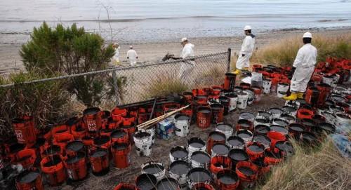 Spill Refugio Ca 20150521 Oil Buckets Ap 956x519 500x271 1